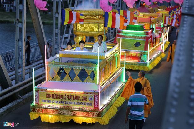 Đoàn rước Phật bắt đầu xuất phát từ lễ đài chùa Diệu Đế ra đường Bạch Đằng, qua cầu Gia Hội đến đường Trần Hưng Đạo, qua cầu Trường Tiền, cầu Nam Giao rồi cung nghinh kim tòa Phật đản sanh tôn nghiêm ở lễ đài chùa Từ Đàm.