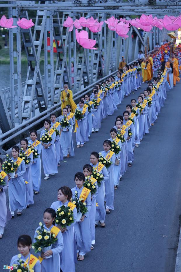 Lộ trình tạo thành một con đường rước Phật được trang trí các cụm hoa sen, biểu tượng và pano Kính mừng Phật đản vừa trang nghiêm vừa hài hòa.