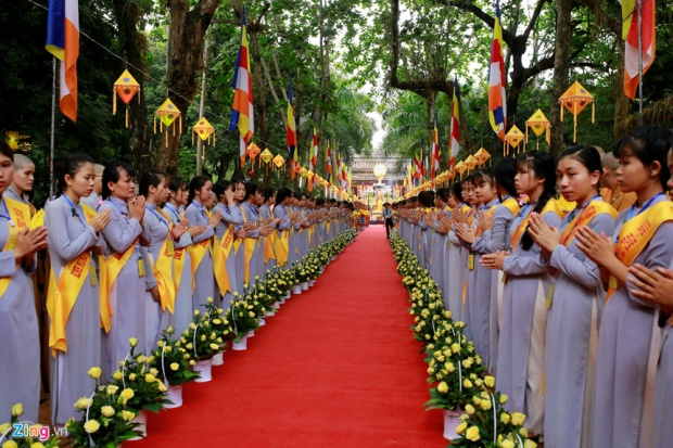 Dẫn đầu là đoàn gánh kiệu lư trầm, tiếp theo là đoàn cờ Tổ quốc và cờ Phật giáo gồm 240 người xếp thành 4 hàng.