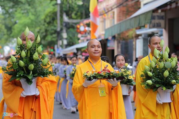 Ban nhạc Ngũ Lôi, đoàn Dâng hoa (100 vị), đoàn Bê tích pháp hiệu (12 vị), đoàn gánh Chuyển pháp luân. Đoàn Chư thiên 1 trang phục áo mã nạp (20 vị), đoàn nhạc Bát âm (8 vị), đoàn kiệu và xe hoa rước Phật.