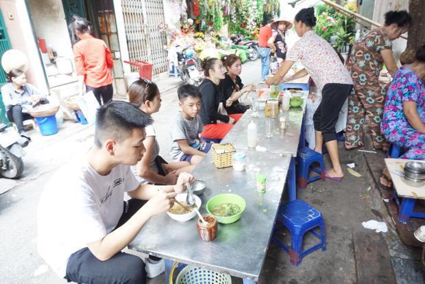Khách hàng ăn tại quán
