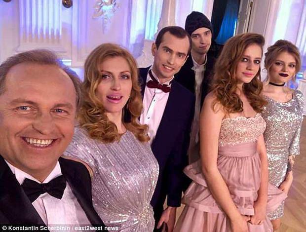 Konstantin Scherbinin cùng 5 người con của ông.