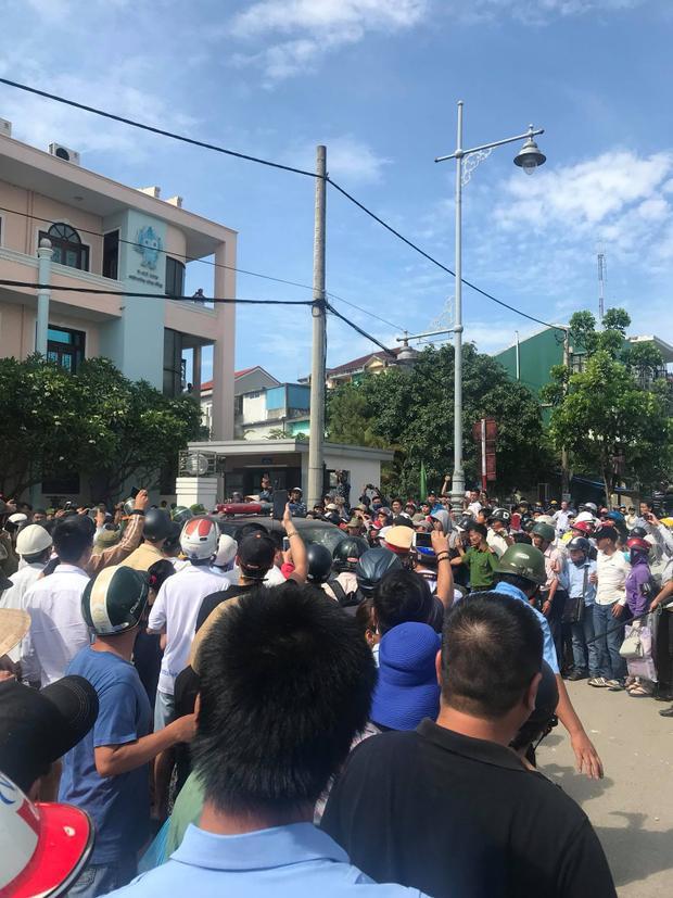 Rất đông người dân tập trung theo dõi vụ việc. Ảnh: Dạt Nguyen.