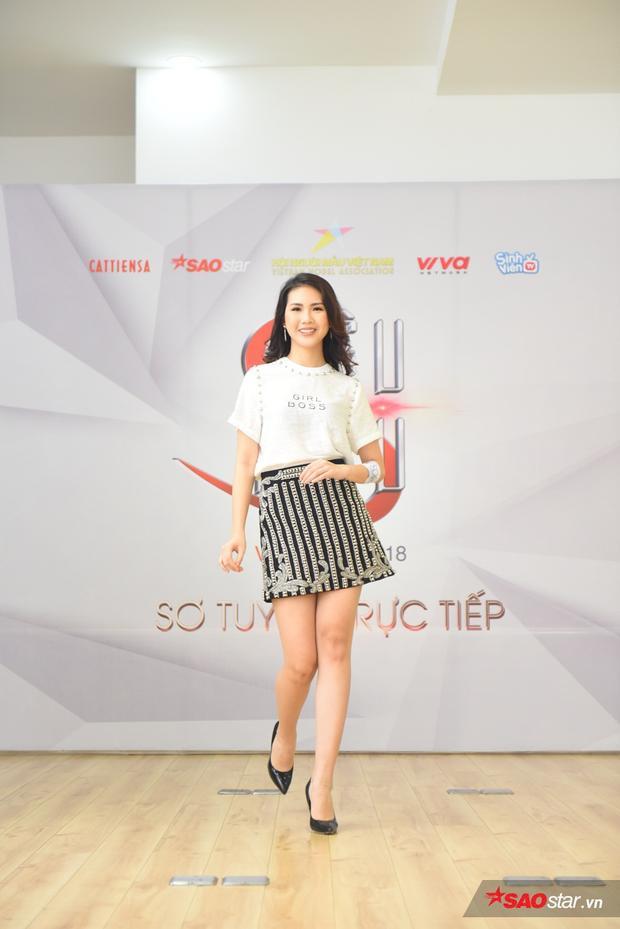 Với kinh nghiệm tham gia nhiều cuộc thi hoa hậu, khi được BGK yêu cầu thể hiện thêm phần trình diễn áo dài, Quỳnh Hoa thể hiện khá tốt phần thi của mình.