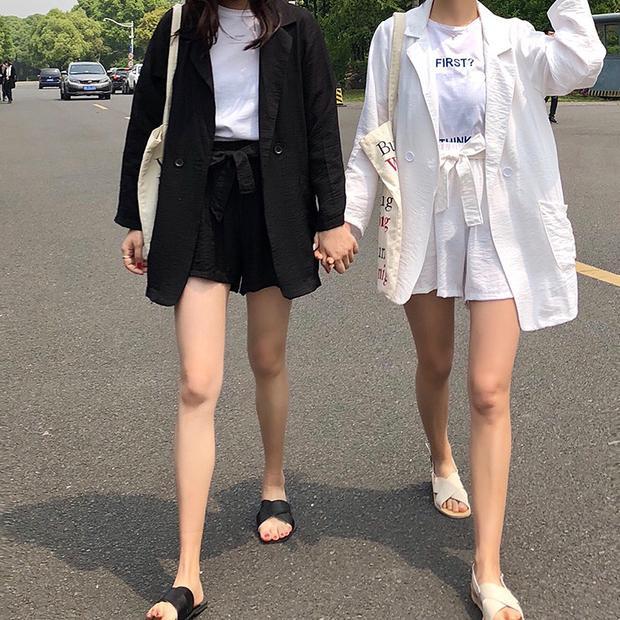 Hai set đồ kiếu dáng giống nhau y đúc nhưng màu sắc trắng - đen đối lập cũng tạo hiệu ứng vô cùng hút mắt cho người mặc.