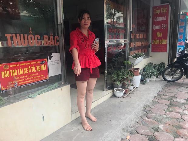 Chị Hương chỉ vị trí dựng trước xe SH trước cửa tiệm tóc của mình.