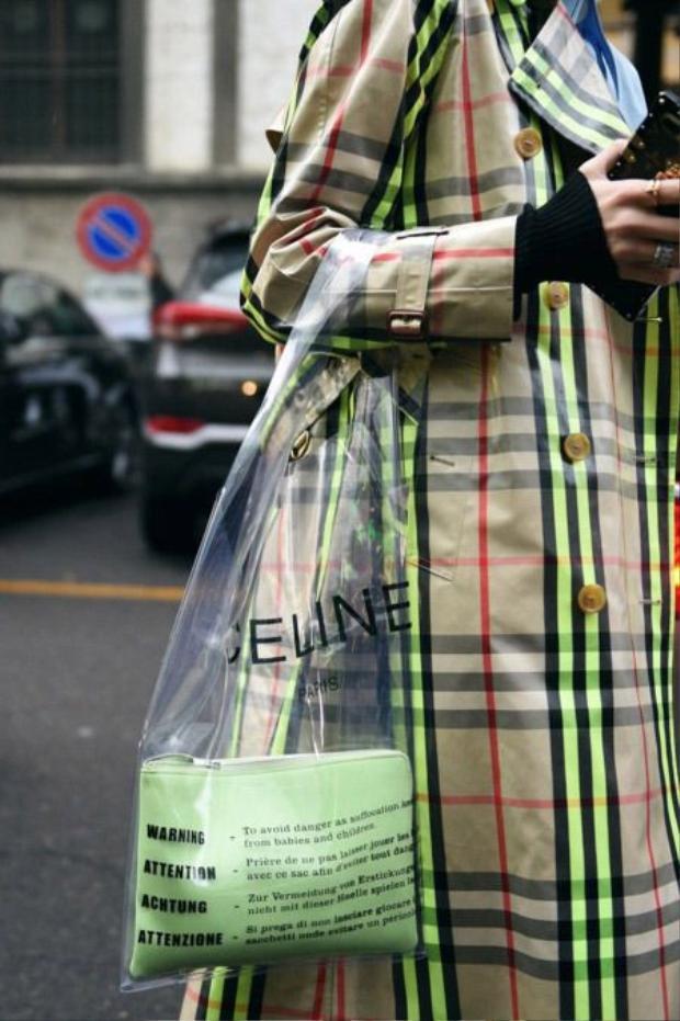 Vài người kín đáo, thường sử dụng thêm 1 chiếc túi da để đựng đồ dùng đặt trong túi trong suốt.