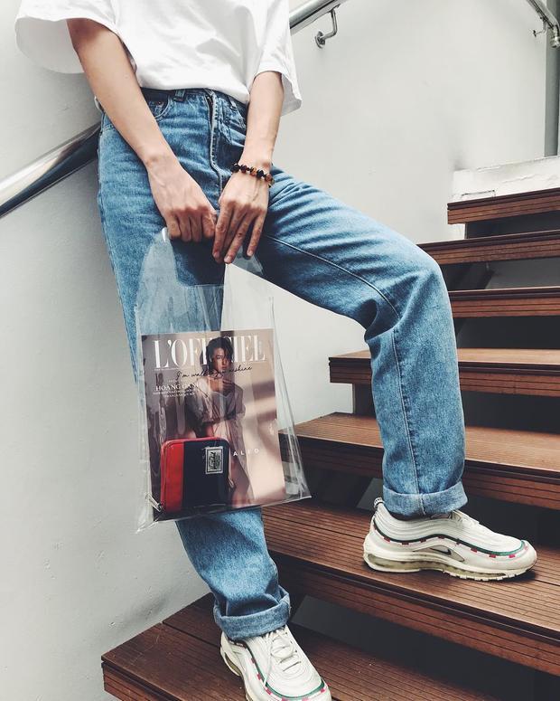 Để phá cách nhiều fashionista còn để thêm 1 tờ báo giúp chiếc túi trong suốt có thêm điểm nhấn nhá.
