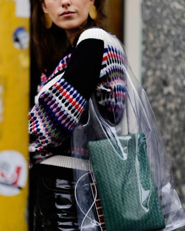 …hay túi phá cách tựa hình dáng chiếc bao ni lông đều được các nhãn hàng thi nhau làm từ vật liệu trong suốt.