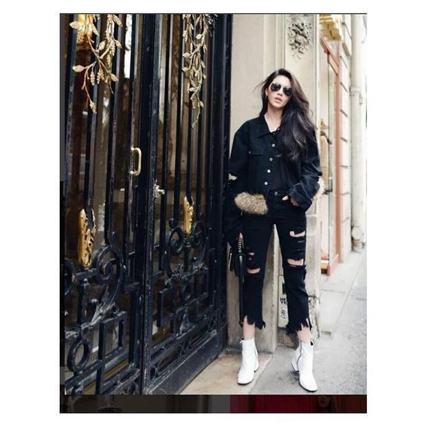 """Bolon Eyewear cũng là lựa chọn quen thuộc của Mai Davika mỗi khi xuống phố. Cô luôn chọn được những cặp kính phù hợp với phong cách """"tắc kè hoa"""" luôn thay đổi của mình."""