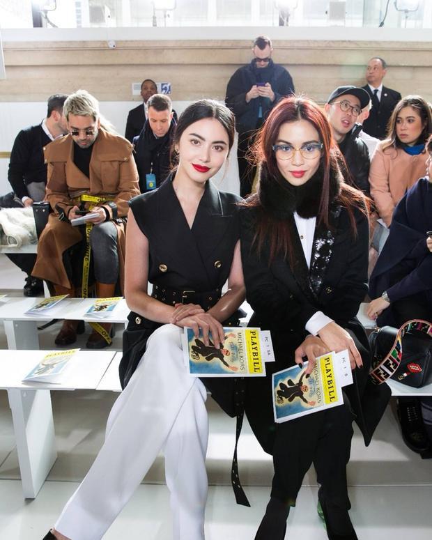 """Cô còn xuất hiện trên hàng ghế đầu show diễn BST Thu Đông 2018 - 2019 của thương hiệu Michael Kors trong khuôn khổ Tuần lễ Thời trang New York hồi tháng 2 vừa qua. Với mỗi sự kiện của từng thương hiệu thời trang, Mai Davika lại """"biến hóa"""" để phù hợp với hình ảnh của từng hiệu, đó quả thực là một chiến lược không chê vào đâu được của cô nàng."""