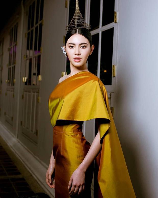 Bất luận là thương hiệu thời trang của nước ngoài hay trong nước, Mai Davika cũng đều thể hiện một cách xuất sắc. Trong hình là thiết kế của thương hiệu Pattarat ở Bangkok mang cảm hứng sáng tạo từ trang phục truyền thống của người Thái.