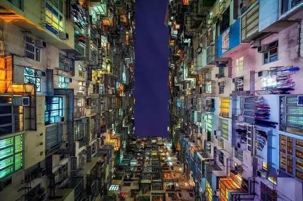 Đặc khu hành chính Hong Kong, Trung Quốc được biết đến là thiên đường mua sắm, có nhiều trung tâm thương mại và kinh tế sầm uất, là nơi các dãy nhà cao tầng mọc lên như nấm, không bao giờ tắt ánh đèn. Tuy nhiên, một nơi phồn hoa như vậy lại có sự chênh lệch rất lớn giữa người giàu và người nghèo.
