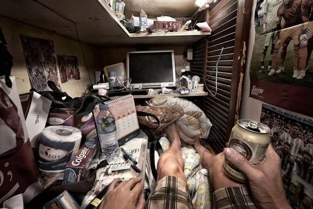 """Nếu những người giàu sống trong nhung lụa, biệt thự xa hoa lộng lẫy hay những căn hộ chung cư cao cấp thì những người nghèo lại chui rúc trong những """"ngôi nhà quan tài""""."""