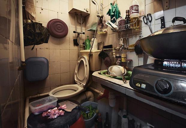 """Theo báo cáo năm 2016, 1,36 triệu người Hong Kong sống dưới mức nghèo khổ, chiếm 1/5 tổng dân số. Trong đó, có khoảng100.000 người ở đặc khu này đang sống trong """"nhà quan tài"""". Về vấn đề này, Liên Hợp Quốc đã lên tiếng chỉ trích chính quyền Hong Kong về việc để người dân phải sống trong """"nhà quan tài"""" là """"sự xúc phạm phẩm giá của con người""""."""