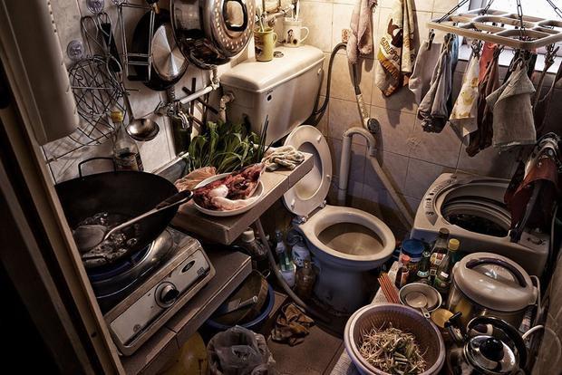 """Trong khi đó, bếp và toilet lại ở cùng một chỗ và nhiều người dùng chung. Nhiếp ảnh gia Benny Lam khi ghé thăm một ngôi nhà """"cao cấp"""" tại đây nói: """"Món ăn này đến từ đâu? Thật khó nói""""."""