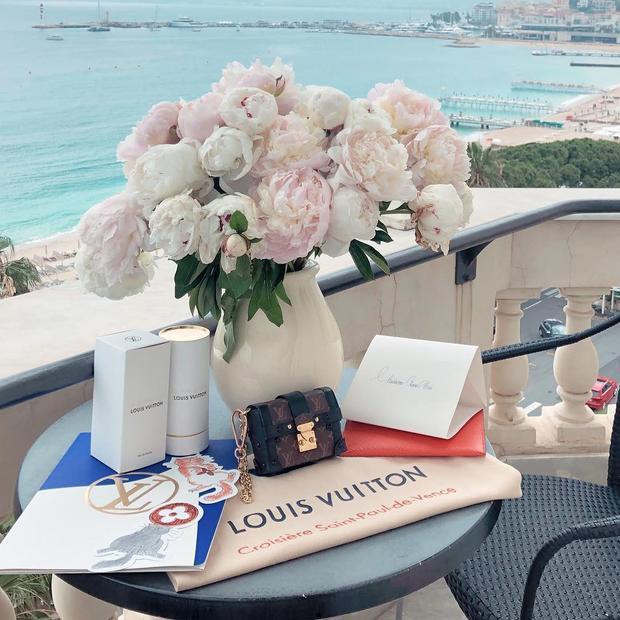 Được đánh giá là một trong những fashionista tạo dựng được tầm ảnh hưởng lớn trong ngành thời trang, mới đây, Châu Bùi đã chính thức đượcông lớn của đế chế thời trang Louis Vuitton mời đến tham dự Louis Vuitton Cruise Show 2019. Cô nàng là đại diện Việt Nam duy nhất được tham dự sự kiện lớn này.