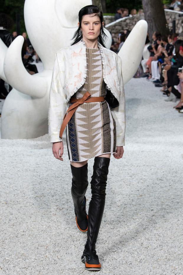 Chân váy họa tiết cùng áo khoác ngắn, một sự kết hợp đã cũ nhưng vẫn luôn gây ấn tượng thị giác.