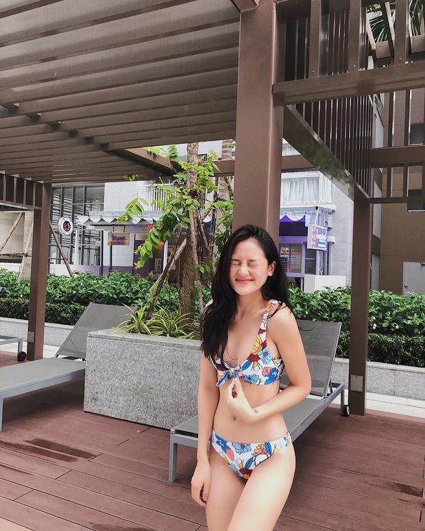 """Diễn viên Thùy Anh """"chống chọi"""" cùng cái nóng mùa hè bằng bộ bikini in hoa nhiệt đới đủ màu sắc, xinh tươi hết phần thiên hạ."""
