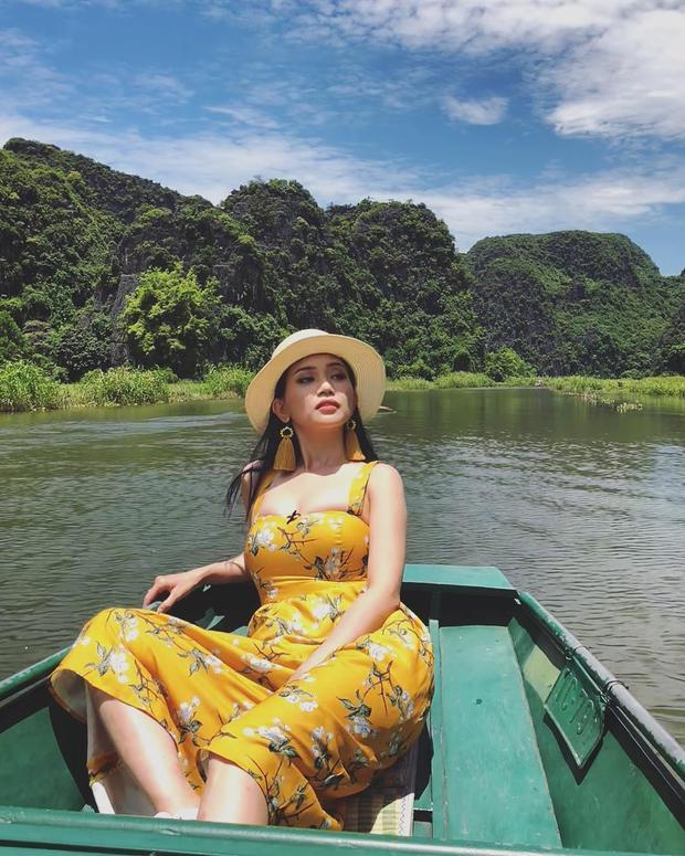 Hoa tai tua rua đồng màu cùng váy in hoa nhí là sự lựa chọn của Sĩ Thanh khi tận hưởng ngày hè rực nắng.