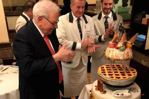 Bữa trưa kèm tiệc sinh nhật cho tỷ phú Buffett tại nhà hàng Smith & Wollensky năm 2017. Ảnh: Smith & Wollensky