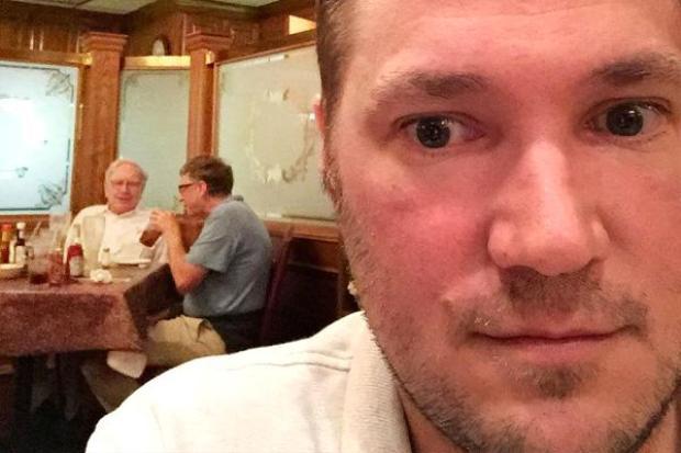 Bức ảnh tự sướng của Ryan Basyecho thấy tỷ phú Buffett đang ăn cùng Bill Gates tại Piccolo's. Ảnh:Ryan Basye