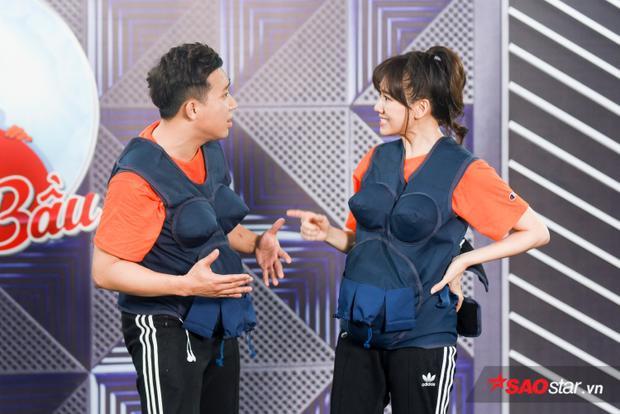 Trấn Thành - Hari Won ngơ ngác, cãi cọ nhau sau khi thực hiện thử thách.