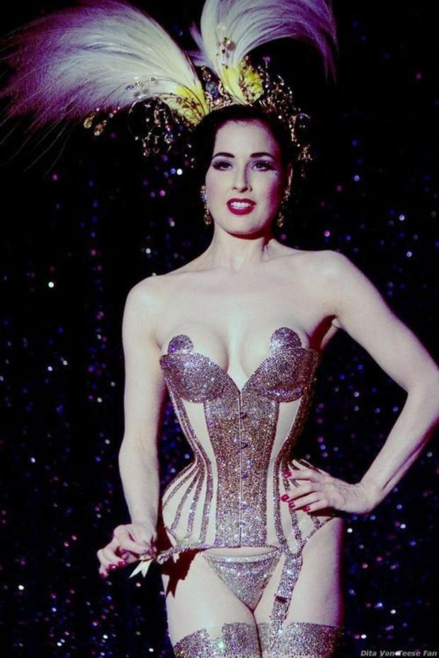 Một trong những bí quyết chọn đồ diễn để không hề phô phang của Dita Von là mặc những mẫu corset bó chịt. Nữ diễn viên mê đắm các thiết kế tông nude, xuyên thấu và thường được đính kết nhiều để che đậy bớt da thịt.