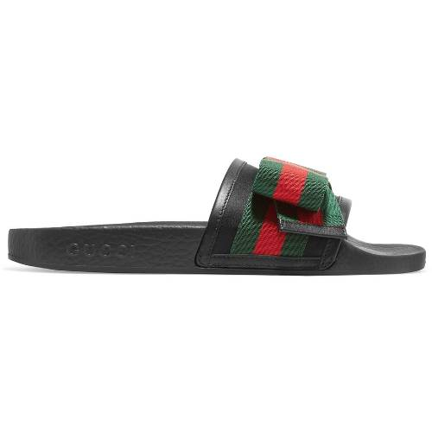 """Kế tiếp là item đến từ nhà mốt Gucci với thiết kế kẻ sọc mang màu sắc sọc xanh đỏ đặc trưng. Thương hiệu này có giá """"chát"""" hơn, đôi Pursuit Bow-Embellished Satin and Rubber Slides này có giá 520$."""