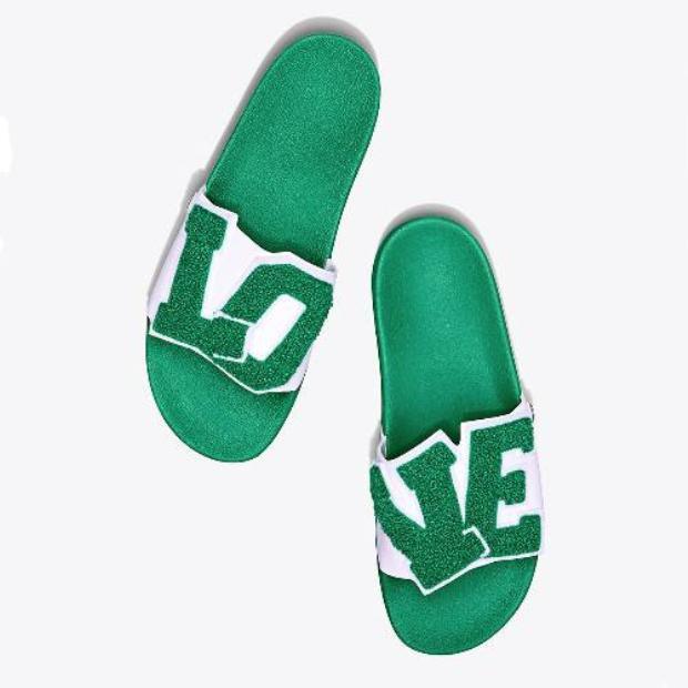 Đôi Tory Sport Love Slide Sandals với giá $98.
