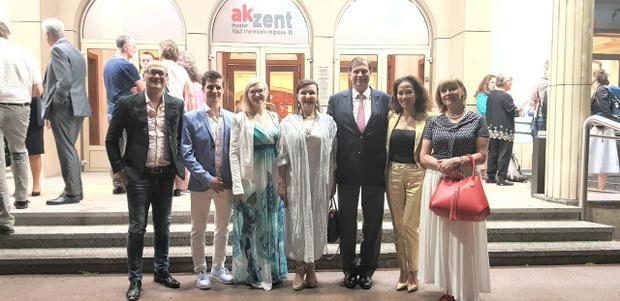 Với vai trò là đại diện Hiệp hội Flame of Peace Việt Nam, NTK Patrick Phạm và DN Thanh Phương đã cùng gia đình Hoàng Gia Áo tham dự buổi biểu diễn vũ kịch từ thiện do các vũ công Ich Bin O.K trình diễn tại nhà hát Akzent.