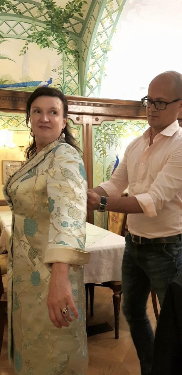 NTK Patrick Phạm đang chỉnh sửa đồ cho công chúa Herta Margarete Habsburg Lothringen.