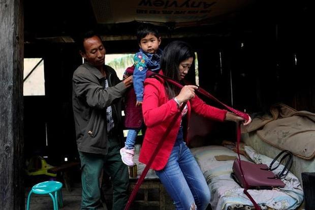 Chị Huilan, 40 tuổi, một bà mẹ 2 con thường phải tự đeo cáp reo, đu qua sông để đi chợ và mua thuốc cho mẹ già.