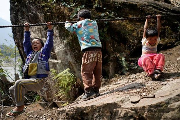Trẻ em trong làng chơi đùa với dây đu.