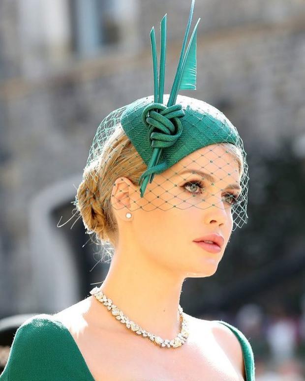 Vẻ đẹp sang chảnh cùng thần thái đỉnh cao của Lady Kitty Spencer trong tiệc cưới Hoàng tử Harry vừa qua khiến ai cũng phải ngoái nhìn.