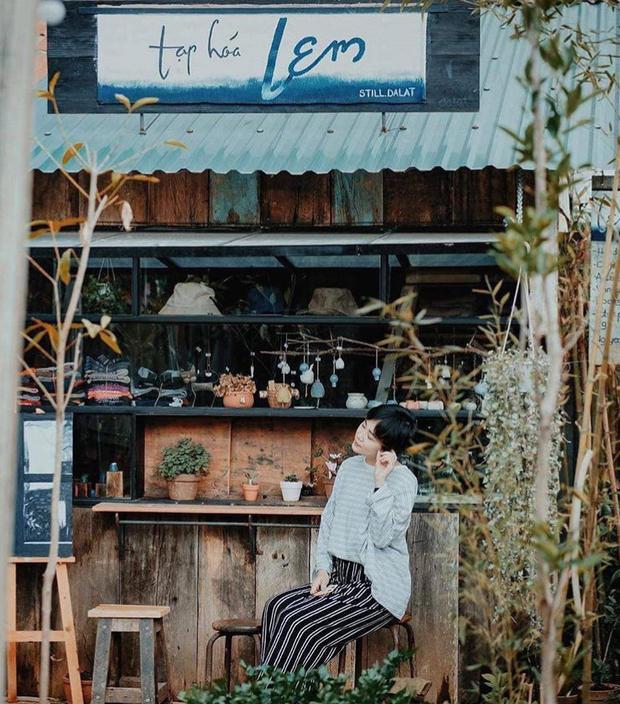 """1. """"Combo"""" Chờ Miêu - Tạp hóa Lem - Tiệm bánh Totto-chan ở Still cafe: Lần đầu tiên Đà Lạt xuất hiện một quán cafe sở hữu đến 3 background dễ thương. Đó là quán cơm Chờ Miêu, tạp hóa Lem và tiệm bánh Totto-chan nằm trong khuôn viên của Still cafe. Ảnh: Instagram taphoalem, Sơn Đoàn."""