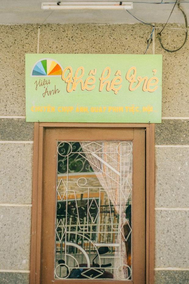 Mang phong cách vintage cổ điển, tiệm cà phê Cô Bông là tổ hợp của các tông màu rực rỡ như vàng, cam, nâu, đỏ… được kết hợp hài hòa, không dư thừa cũng không nhàm chán. Ảnh: Sơn Đoàn, Yourinnguyen.