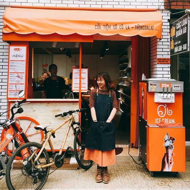 """4. Cacao Ơi: Đây là một tiệm ca cao mới mở ở Đà Lạt. Tới đây, bạn sẽ được """"đập ngay vào mắt"""" tông màu nâu cam rực rỡ. Ảnh: Instagram kinnn__."""