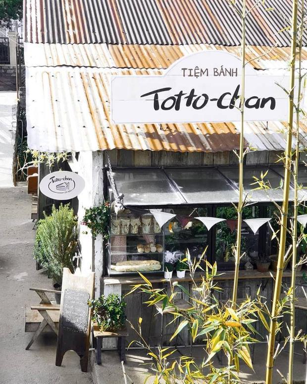 """Tiệm bánh Totto-chan với tấm bảng hiệu dễ thương khiến người ta liên tưởng ngay đến câu chuyện """"Totto-chan ngồi bên cửa sổ"""". Khung cửa ở đây đã đón tiếp rất nhiều lượt khách trong ngày. Có người phải chụp cho bằng được một bức """"sống ảo"""" rồi mới yên tâm ra về. Ảnh: Instagram Still cafe."""