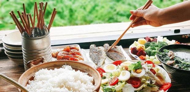 """Trong khi đó, tạp hóa Lem lại mang tông màu xanh biển mát mắt, bán những món đồ dùng lặt vặt, độc đáo. Nếu thấm mệt và đói bụng, hãy """"sà"""" ngay vào quán cơm Chờ Miêu và thưởng thức ẩm thực Việt nhé. Ảnh: Chờ Miêu."""