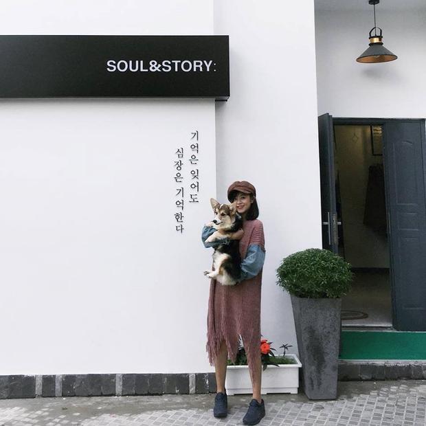 """2. Bức tường trắng ở Soul&Story:Nằm nép mình trong một con hẻm nhỏ đường Hải Thượng, cửa hàng thời trangSoul&Storybỗng nhiên được chú ý sau khi Instagram xuất hiện nhiều bức ảnh """"sống ảo"""" trước bức tường trắng ở đây. Ảnh:Nguyen Vy."""
