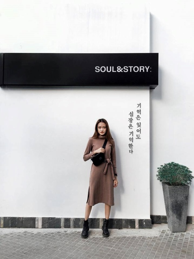 """Chỉ với tông trắng và một dòng chữ Hàn """"không phải ai cũng dịch được"""", nơi đây đã tạo nên một background chụp ảnh bắt mắt. Xem ảnh, nhiều người sẽ nghĩ bạn đang đi du lịch… Hàn Quốc. Ảnh: Instagram Sa Sa, Soul&Story."""