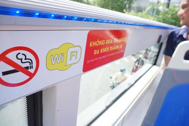 Tay vịn tại tầng 2 của xe buýt có những biển chú thích cho du khách.