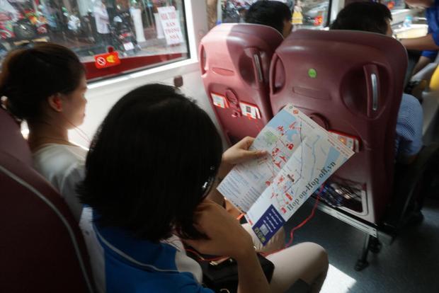 Nếu không ngồi trên tầng 2, khách có thể trải nghiệm dịch vụ này bên dưới tầng 1 của xe buýt. Ở đây được lắp điều hoà khá mát mẻ. Hơn thế nữa khách được phục vụ 1 chai nước lọc đóng chai.