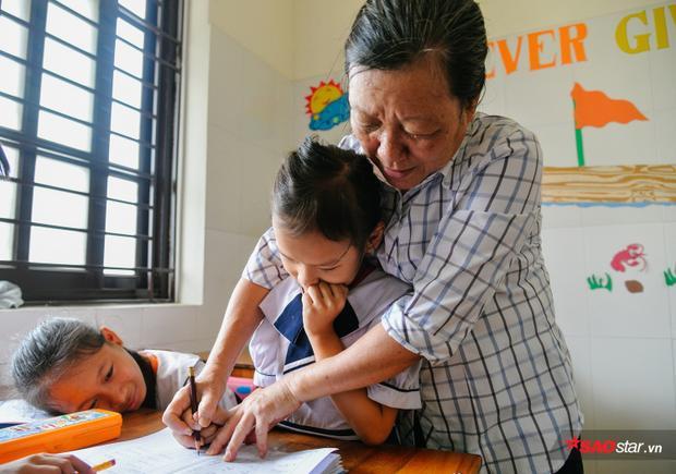 Hằng ngày, cô giáo vẫn phải lặn lội đến từng nhà để vận động cha mẹ cho con đi học.