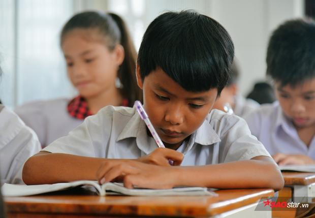 Tụi nhỏ thương cô giáo, ý thức được hoàn cảnh gia đình nên hay đến lớp, dần dà biết ngoan ngoãn mà vâng lời.