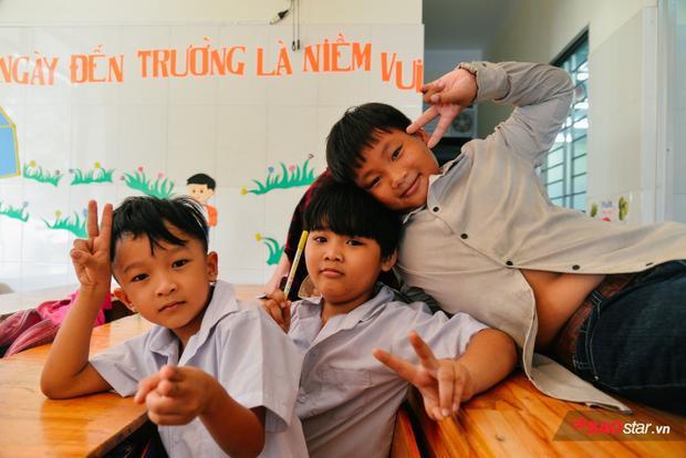 Nửa buổi đi học, buổi còn lại tụi trẻ con vẫn phụ làm việc nhà, đi bắt ốc, hái rau muống.
