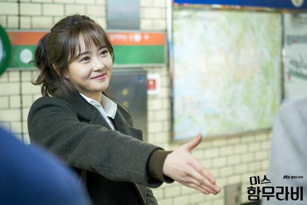 """Sau khi rời SM và """"đầu quân"""" cho công ty Artist của ba """"ông hoàng phòng vé"""" Jung Woo Sung, Ha Jung Woo và Lee Jung Jae thì có lẽ Go Ara trở thành cô """"gà cưng"""" duy nhất và không cần phải cạnh tranh ngoại hình với Lee Yeon Hee và Yoona khi còn ở công ty cũ. Cô nàng tăng cân đột ngột, ngoài hình phúng phính. Ấy vậy mà, người xem vẫn khen nàng """"kiều nữ"""" này xinh đẹp và dễ thương hơn khi còn thon thả."""