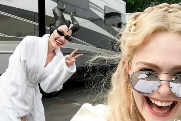 Ảnh selfie nhắng nhít của hai nữ diễn viên trên trường quay