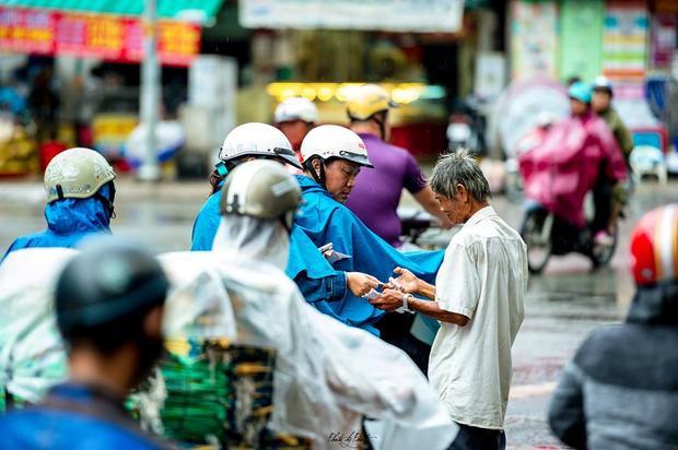 Một số người dân dừng lại mua giúp cụ ông vài tờ vé số.